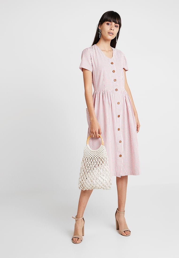 26363732717a LOUCHE ZELDA Ružové prúžkované šaty s vreckami - JoyStore.sk